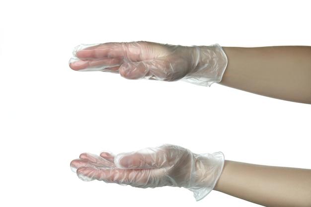 Ręce w jednorazowych rękawiczkach trzymać coś, na białym tle