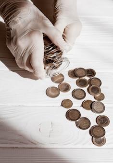 Ręce w rękawicach i monetach ochronnych