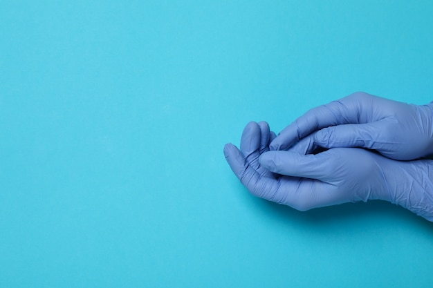 Ręce w rękawiczkach medycznych na niebiesko