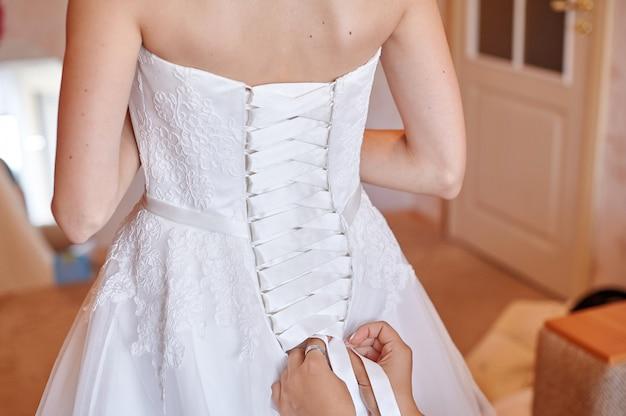 Ręce wiązanie sukni panny młodej