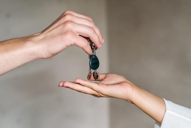 Ręce wręczanie i odbieranie kluczy z mieszkania