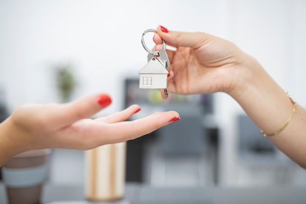 Ręce wręczenie kluczy do zakupu nieruchomości