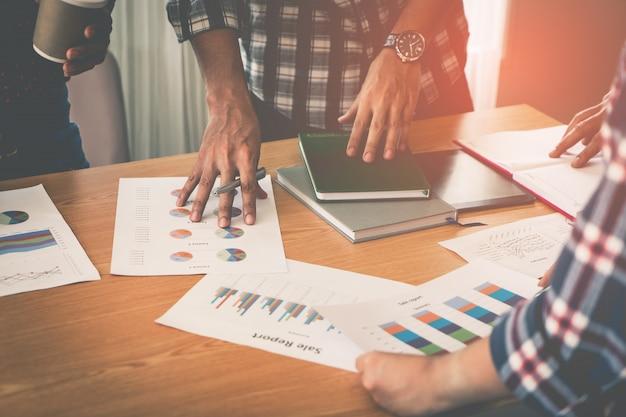 Ręce wskazując na arkuszu danych wykresu na spotkanie biznesowe