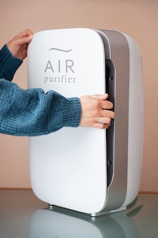 Ręce wymieniające filtry oczyszczające powietrze, kurz, węgiel i hepa