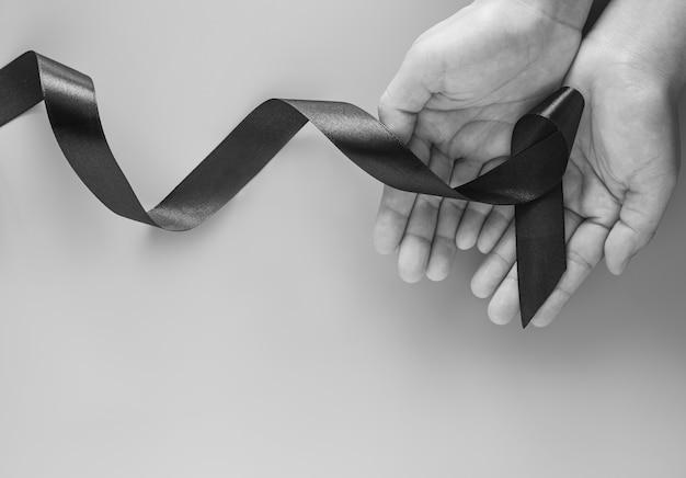 Ręce z czarną wstążką