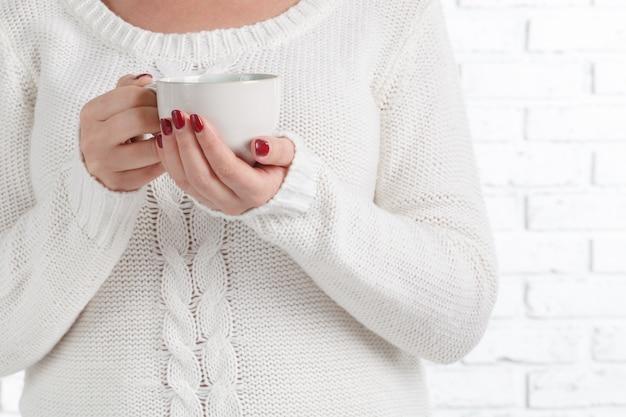 Ręce z filiżanką herbaty