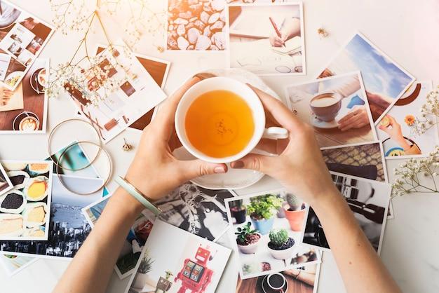 Ręce z filiżanki herbaty i zdjęcie