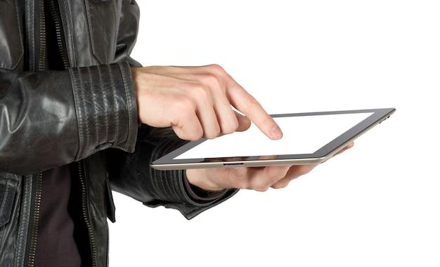 Ręce z komputera typu tablet na białym tle