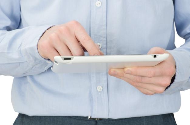 Ręce z komputerem typu tablet na białym