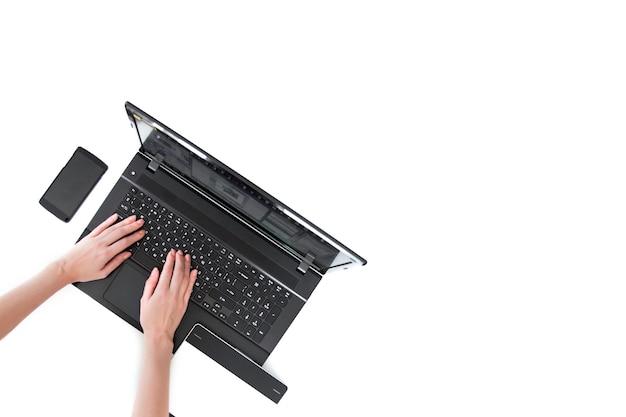 Ręce z laptopem widok z góry człowiek używający laptopa na białym tle ścieżki przycinania