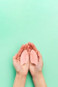Ręce z miniaturowymi płucami