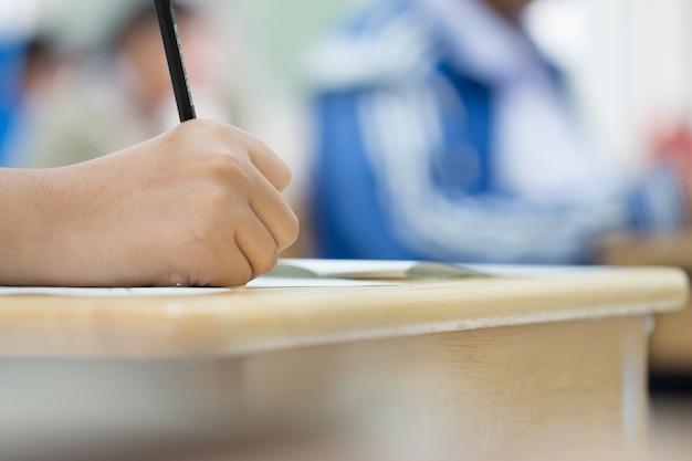 Ręce z ołówkiem nad formularzem wniosku