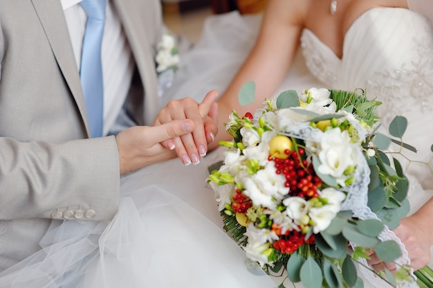 Ręce z pierścieniami panny młodej i pana młodego