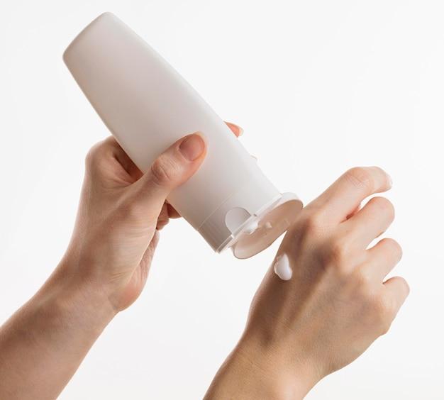 Ręce za pomocą balsamu