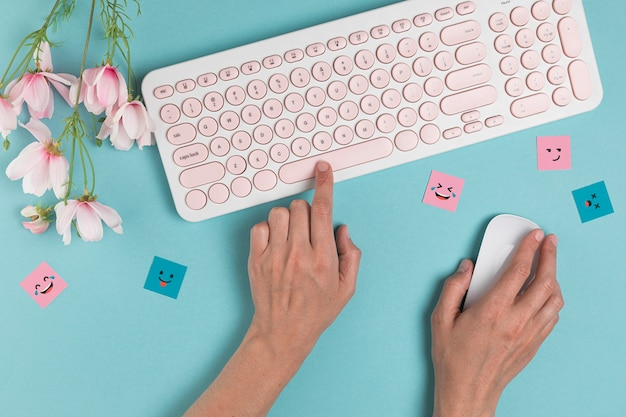 Ręce za pomocą klawiatury i myszy