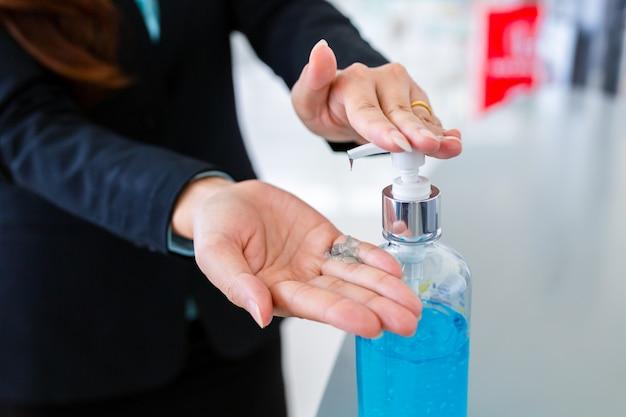 Ręce zbliżenie kobiety mycie rąk żelem alkoholowym lub dezynfekujące mydło antybakteryjne.