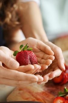 Ręce ze świeżych truskawek