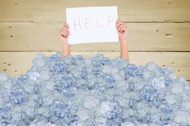 Ręce ze znakiem prosząc o pomoc