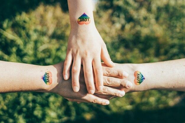 Ręce zjednoczone w koncepcji rodziny homorodzicielskiej lgtb