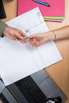 Ręce zmieniające klucze nad dokumentami