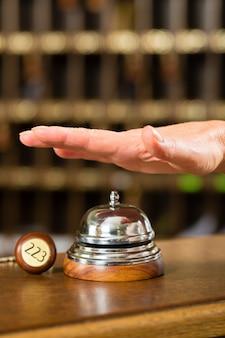 Recepcja, dzwon hotelowy tuż przed użyciem