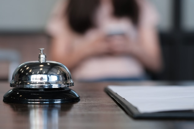 Recepcja hotelu recepcyjna z dzwonkiem serwisowym.