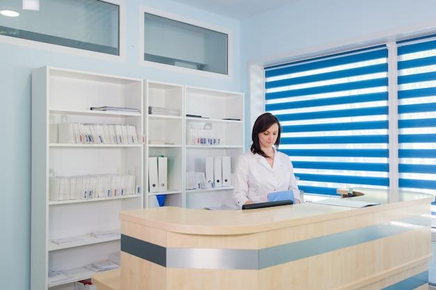 Recepcjonista w recepcji kliniki