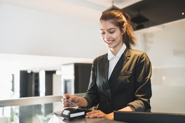Recepcjonistka przekazuje kartę i pobiera opłatę za pobyt w recepcji