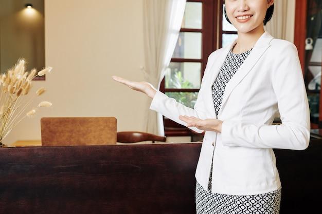 Recepcjonistka zaprasza klientów