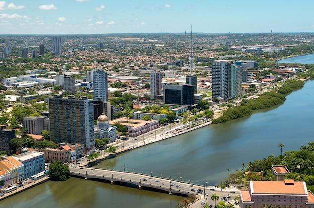 Recife, pernambuco, brazylia, 10 marca 2010. śródmieście z podświetloną rzeką capibaribe.