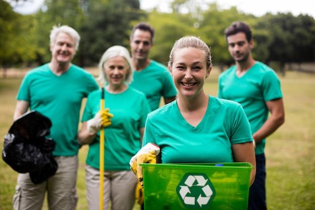 Recykling członków zespołu stojących w parku