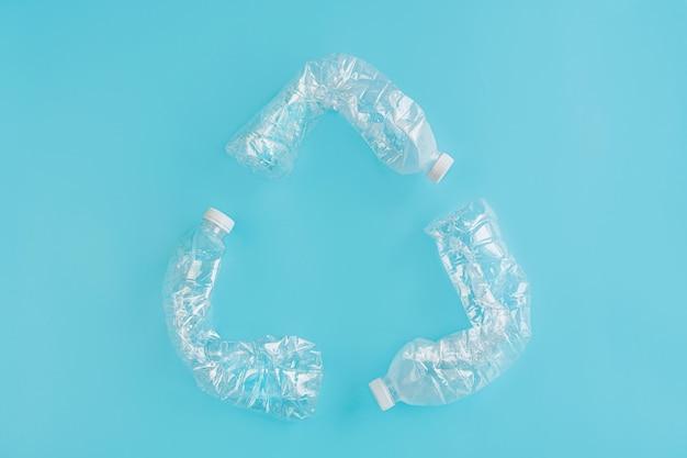 Recykling koncepcji wykorzystania tworzyw sztucznych. problem ekologiczny, zanieczyszczenie środowiska, widok z góry, miejsce, układanie.