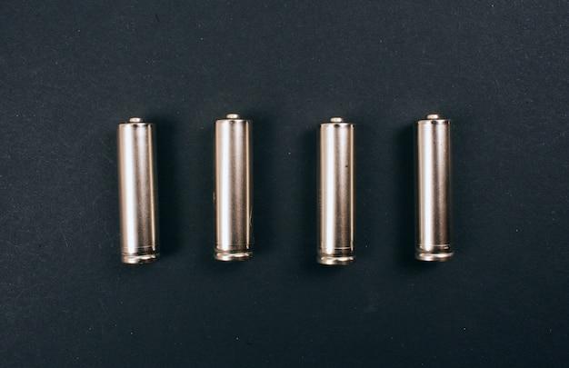 Recykling, ponowne użycie, ograniczenie koncepcji. srebrne baterie jednorazowego użytku w rzędzie, widok z góry. chroń środowisko. odpady elektryczne jednorazowego użytku