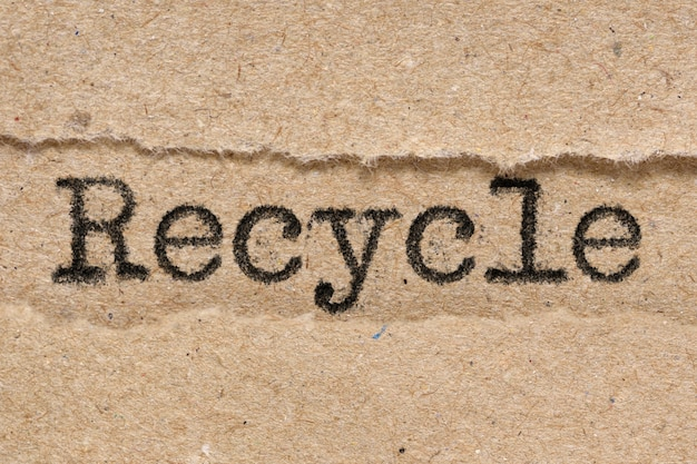 Recykling słowo na zgranym papierze brązowym rzemieślniczym