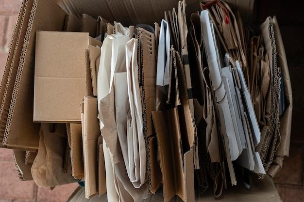 Recykling starych produktów papierowych do ponownego wykorzystania sortowanie makulatury w celu odpowiedzialnego wykorzystania papier makulaturowy