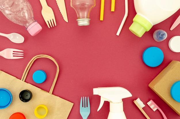 Recyklingowe części plastikowe na czerwonym tle