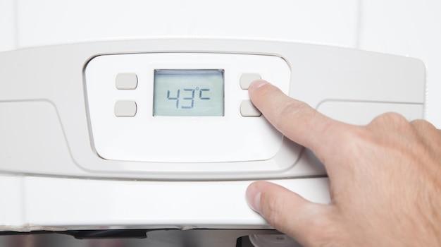Ręczna regulacja temperatury w pomieszczeniu mieszkanie