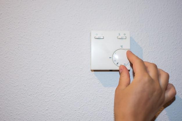 Ręczna regulacja termostatu regulacji temperatury ogrzewania i klimatyzacji.