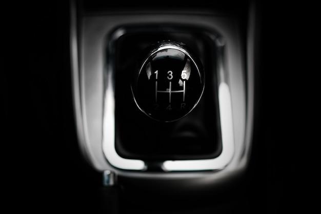 Ręczna skrzynia biegów w aucie makro czarna