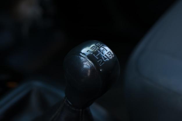 Ręczna skrzynia biegów w samochodzie czarny