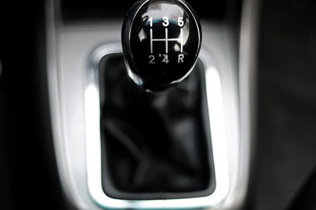 Ręczna skrzynia biegów w samochodzie