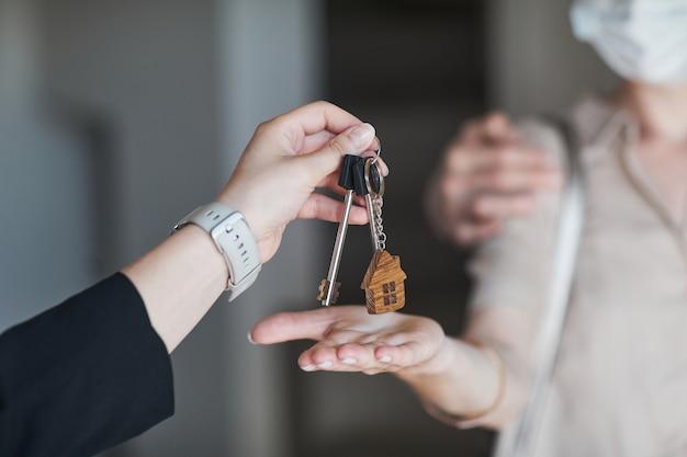 Ręczne dawanie kluczy do nowego domu