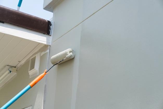 Ręczne malowanie ścian w kolorze szarym