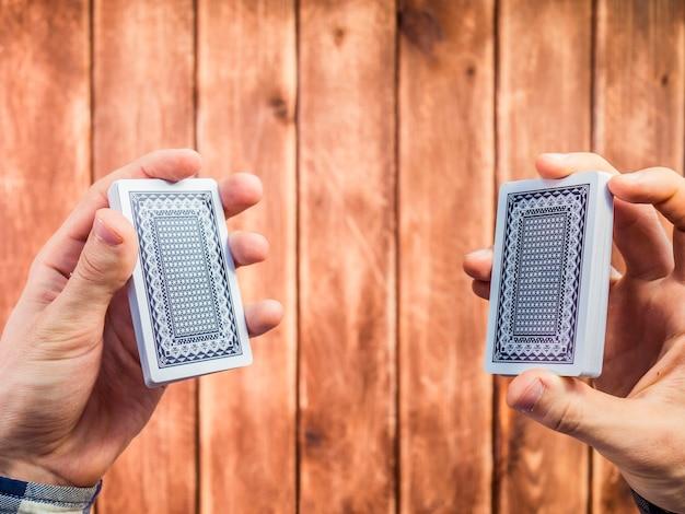 Ręczne mieszanie kart do gry na powierzchni drewnianych
