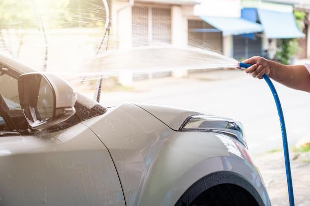 Ręczne mycie samochodu z wodą pod ciśnieniem