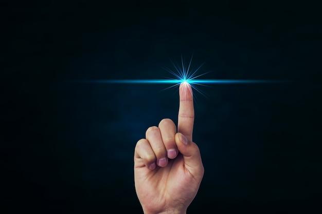 Ręczne naciskanie na koncepcję ekranu dotykowego