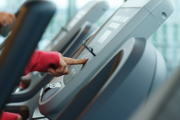 Ręczne naciśnięcie przycisku start na panelu sterowania bieżni do rozpoczęcia biegu.