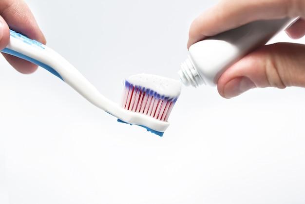 Ręczne nakładanie pasty do zębów na szczoteczkę