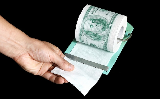 Ręczne odrywanie części z rolki papieru toaletowego w formie dolarów