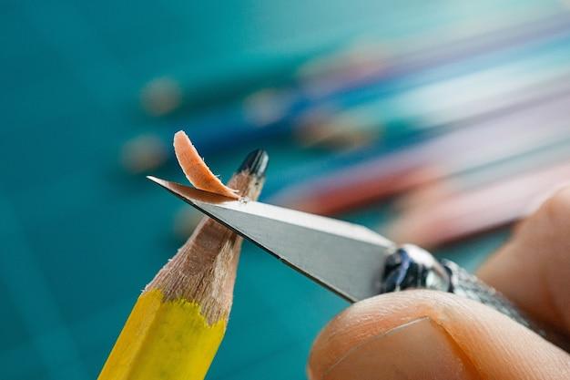 Ręczne ostrzenie noża artowego tępym żółtym ołówkiem